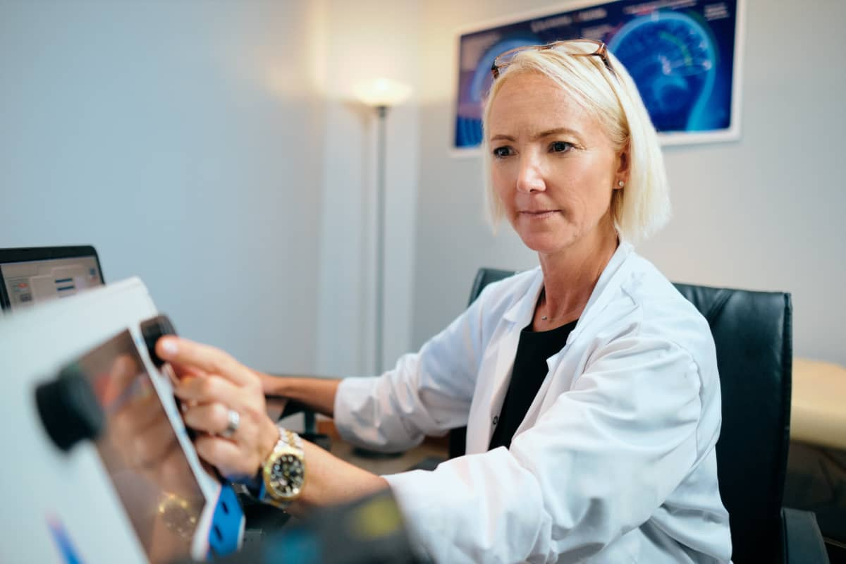 https://www.smedix.com/production/wp-content/uploads/2020/11/female-doctor-working-in-office-with-a-computer.jpg